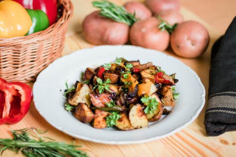 Pečené brambory s paprikou a cibulí