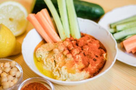 Domácí hummus s mrkví a okurkou
