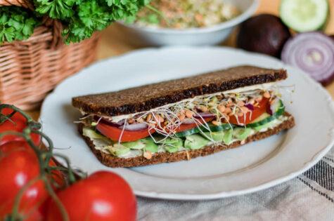 Avokádový sandwich s hummusem a celozrnným žitným chlebem