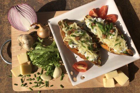 Batáty s česneko-bazalkovým dipem a fazolemi