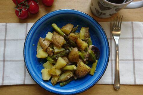 Zapečené brambory s chřestem a parmezánem